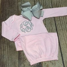 Monogrammed baby girl set, coming home outfit, newborn, infant, personalized… Newborn Picture Outfits, Newborn Pictures, Little Babies, Cute Babies, Baby Shower Gifts, Baby Gifts, Baby Monogram, Coming Home Outfit, Everything Baby