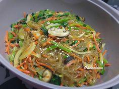 仿韓式拌粉絲 - 我地好喜歡的韓國菜式, 今次純粹靠食過之後的味覺記憶再用屋企有的醬料煮成的自家版本, 做法簡單, 呢個素版本少油多菜, 健康好味。
