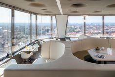 Stejně atraktivní interiér, jako výhled. Žižkovská věž je pozoruhodná ze všech stran a pohledů. Skvělý interiér od Atelier SAD!