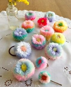 . Pom Pom Rug, Pom Pom Wreath, Paper Pom Poms, Diy Crafts Using Yarn, Yarn Crafts, Sewing Crafts, Pom Pom Animals, Pom Pom Decorations, Yarn Flowers