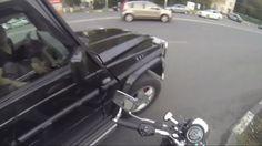 Una motociclista da su merecido a personas que tiran la basura en la calle