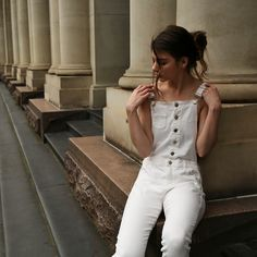 With the weather getting warmer, now is the perfect time to bring out the white denim and shine brightly. Add some diversity with a pair of denim overalls. Bonnet Marin, Christopher Campbell, Pull Grosse Maille, Casual Relationship, Relationship Problems, Relationships, Streetwear, Flare, Salopette Jeans