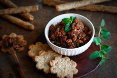 """Bacon jam is 'n nuutjie wat tans sy kop uitsteek. Die Bacon jams wat ek al geproe het, het nie my laat """"oe"""" en """"ah"""" nie. Ek het ingespring en begin proe en meng totdat ek 'n balans gekry het tussen die suur, soet en kruie komponent South African Recipes, Ethnic Recipes, Biltong, Bacon Jam, Cook Up A Storm, Chana Masala, Cooking Recipes, Beef, Snacks"""