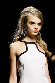 Contrast: white with orange accent The Moschino orange lip on Cara Delevingne Cara Delevingne, 1960s Hair, Spring Summer Trends, Black White Red, Black Tie, 1960s Fashion, Catwalks, Looks Style, Beauty Trends