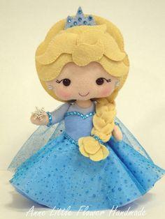 Princesa Elsa do Frozen Luxo de Feltro no Frozen Felt, Felt Crafts Kids, Felt Doll Patterns, Frozen Characters, Princess Crafts, Felt Decorations, Felt Christmas Ornaments, Frozen Birthday Party, Sewing Dolls