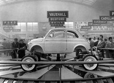 La 500 compie sessant anni e conquista il MoMA come icona di stile e design Fiat 500, Steyr, Historical Pictures, E Design, Cadillac, Jaguar, Super Cars, Benz, Porsche