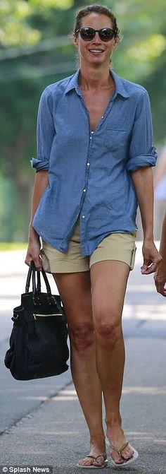 2177a4fed5b Christy Turlington keeps it casual in tan shorts and flip-flops. Γυναικεία  Μόδα ...