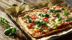 The Pioneer Woman's Shortcut Puff Pastry Pizza: This quick and easy pizza recipe is perfect for entertaining guests. Puff Pastry Pizza, Puff Pastry Recipes, Pizza Recipes, Pizza Pizza, Pizza Dough, Healthy Recipes, Quick And Easy Pizza Recipe, Types Of Pizza, How To Cook Ham