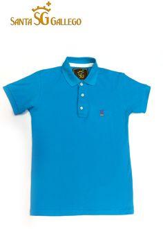 Polo de algondón en color azul turquesa, bordado en pecho logo SG color fuxia y bandera de España. Botón cosido en aspa marino. De la nueva colección de Santa Gallego.