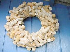 Krans maken met wijnkurken als deurkrans - maken krans met kurken - creatief kransen maken