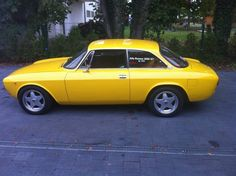 Alfa Romeo 2000 GT Veloce (1971–1976) -yellow car