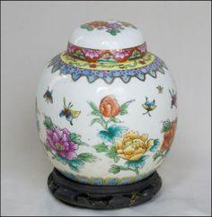 Potiche com tampa, porcelana chinesa decorada com flores e borboletas em policromia. Alt. 15cm.