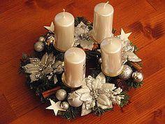 Dekorácie - Strieborný adventný veniec s kvetmi bez sviečok - 6201251_