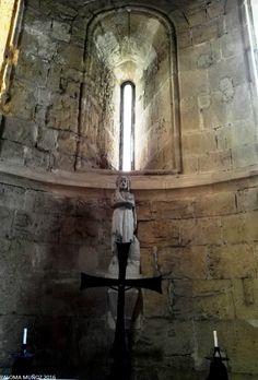 Monasterio de Poblet. Una de las cinco capillas radiales de la girola.  Monastery of Poblet. One of the five radial chapels around the Presbytery