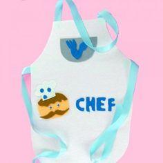 Para que puedas fabricar un disfraz casero de forma fácil, en Guiainfantil.com te enseñamos a hacer un divertido delantal de cocinero. Para completarlo, puedes ver nuestro paso a paso, para hacer el gorro de chef.