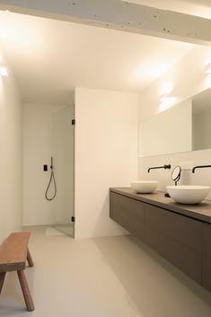 Badkamer kinderkamer in zelfde stijl ouders badkamer. Bijpassende toilet ruimte op zelfde verdieping. Zwarte moderne kranen uit de muur