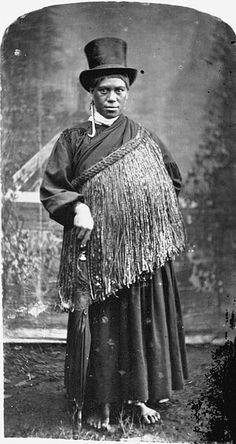 Portrait of Hera, daughter of Tamati Ngapora and principal wife of Tawhiao, taken between ca 1880 and 1894 by an unknown photographer. Date between ca 1880 and 1894 Maori People, Tribal People, Polynesian People, Maori Patterns, New Zealand Landscape, Maori Designs, Maori Art, Kiwiana, Art Costume