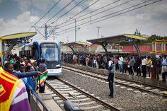 エチオピアの首都アディスアベバ Addis Ababa で、開業した路面電車に乗車するため列をつくる人々(2015年9月20日撮影)。(c)Relaxnews/MULUGETA AYENE ▼28Sep2015AFP|エチオピア首都で路面電車開業、中国の大規模な出資で完成 http://www.afpbb.com/articles/-/3061498 #Addis_Ababa_Light_Rail የአዲስ አበባ ቀላል ባቡር