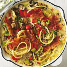 Rezept für Pasta-Frittata mit Bacon: Frittata, so nennen die Italiener ihr Omelett. Dieses Rezept ist perfekt für die Resteverwertung: Die Nudeln können auch vom Vortag sein, dann geht es sogar noch schneller. Und statt mit Pilzen, Paprika und Lauch schmeckt's auch mit anderem Gemüse.