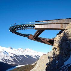 スタージェスアーキテクチャの氷河スカイウォークは、カナディアンロッキーのユニークな景色を眺めることができます