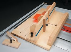 Woodworking Jigs Cut through dovetails on the table saw? You bet. It's quick, easy, and accurate. Woodworking Jigsaw, Woodworking Clamps, Woodworking Books, Woodworking Supplies, Woodworking Projects, Woodworking Machinery, Wood Projects, Table Saw Sled, Table Saw Jigs