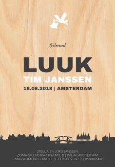 Stoer geboortekaartje met de skyline van Amsterdam op een hout look achtergrond. Niet woonachtig in Amsterdam? Kijk in de beeldbank in de designtool of jouw stad er tussen zit!