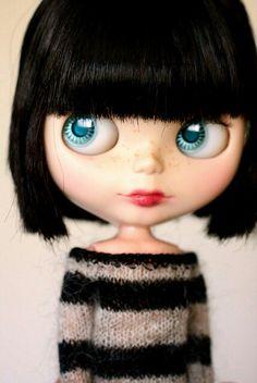 Amo su suéter y su peinado!!