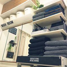 nikoさんの、バス/トイレ,ダイソー,IKEA,洗面所,タオル,Daiso,白黒グレー,グレーのタオル,タオル棚,ミニタオル収納,IKEAタオル,ペイントトレー,黒タオル,バスタオルより小さめ,山盛りタオル,のお部屋写真