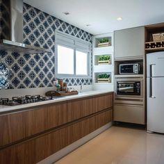 Cozinha com uma combinação de cores que amamos {} Destaque total para o revestimento azul { Projeto @larissacatossiarquitetura }