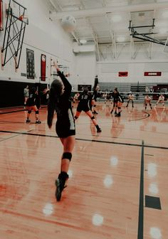 Volleyball Team Pictures, Volleyball Tryouts, Volleyball Motivation, Volleyball Skills, Volleyball Setter, Softball Senior Pictures, Coaching Volleyball, Women Volleyball, Beach Volleyball