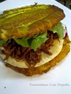 The cuisine of Zulia, in Venezuela, is full of marvels, and their patacones are unequaled. You can fill the crispy plantain pieces with beef, chicken or even shredded turkey — the important thing is that you're happy. Get a detailed recipe here. Boricua Recipes, Cuban Recipes, Plantain Recipes, Banana Recipes, Costa Rican Food, Venezuelan Food, Venezuelan Recipes, Little Lunch, Colombian Food