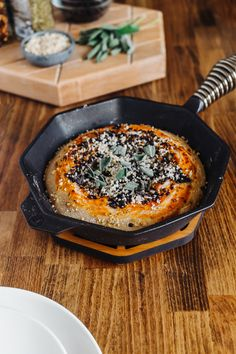 Skillet Pizza with Peperoni Lentils and Brasil Nut Parmesan Pizza Recipes, Gourmet Recipes, Vegetarian Recipes, Dinner Recipes, Healthy Recipes, I Want Pizza, Cast Iron Skillet Cooking, Sweet Pizza, Veggie Dinner
