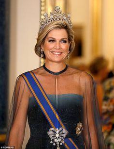 However Maxima's breathtaking tiara, named the Stuart tiara was certainly the pièce de résistance. Queen Maxima's tiara features one of the most important stones belonging to the Dutch royal family- a carat pale blue diamond. Estilo Real, Looks Chic, Looks Style, Elizabeth Ii, Princess Diana Tiara, Kate Middleton Queen, Lovers Knot Tiara, Palais De Buckingham, Dutch Queen
