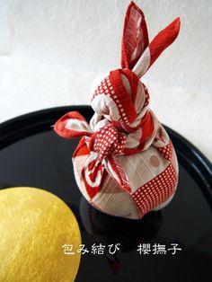 こんにちは、包み結び作家・研究家の須田直美です。 旧暦の8月15日の夜は「十五夜」。 中秋の名月ですね。 お月様と言えば、「ウサギ」を思い浮かべる方も多いのではないでしょうか。 日本では、昔から「月でウサギがお餅をついている」と言われています。 満月のことを「望