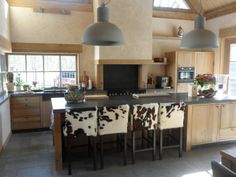 Landelijke keuken Mooi detail de stoelen echt landelijk