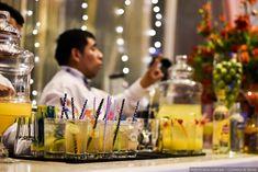 ¡Refresca a tus invitados con una deliciosa limonada!  #matrimoniocompe #matrimonio #noviosperu #novios #boda #catering #limonada #menu #bebidaboda #bar #barboda Bar, Homemade Lemonade, Homemade
