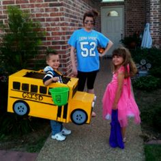 School bus costume made out of a moving box. Just might have to do this for the upcoming Halloween! Funny Kid Costumes, Baby Costumes, School Bus Crafts, School Fun, Boxing Halloween Costume, 2nd Birthday Party For Boys, Dramatic Play Themes, Wheels On The Bus, Get The Party Started