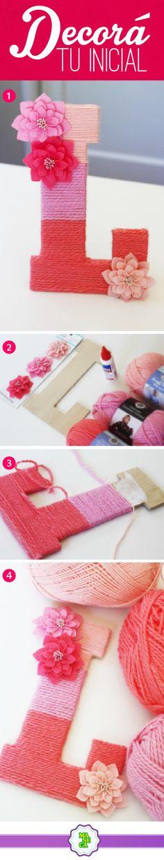¡Dale un toque especial a tus letras!  1. Recortá la letra en madera country.  2. Escogé 3 colores de lana para decorarla.  3. Enrollá la lana en la letra, dividiéndola en 3 espacios (una para cada color). 4. Complementá la decoración con flores.