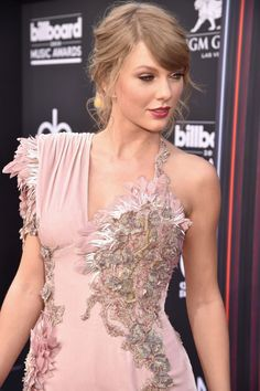 The old Taylor can't come to the phone right now. because she's at the 2018 Billboard Music Awards. Taylor Swift walked her first red carpet of the year and when I first saw the photos I thought they were throwbacks from the early Taylor Swift Gown, Taylor Swift Vestidos, Taylor Swift Sexy, Estilo Taylor Swift, Photos Of Taylor Swift, Taylor Swift Facts, Red Taylor, Live Taylor, Taylor Swift Style