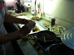 preparación para tosta de morcilla con habitas y huevo de codorniz por Manuel Sánchez