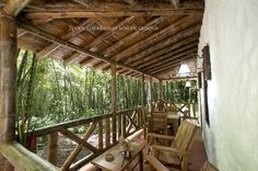 Todos los muebles están fabricados de guadua. Pergola, Outdoor Structures, Sierra, Mario, Hall Runner, Houses, Hens, Woods, Cities