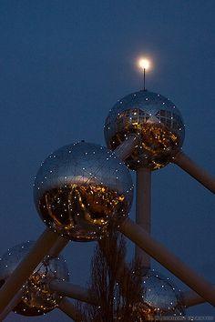 La lune remplace le drapeau Belge juste avant le feu d'artifice by atomium58, via Flickr