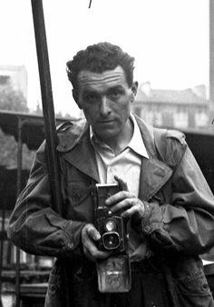 """Robert Doisneau, """"le braconnier de l'éphémère"""" , 1912-1994. Autoportrait, Place Jules Ferry, 1949"""