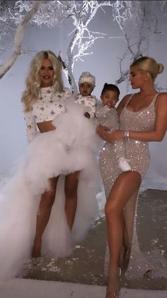 """Kim Kardashian has dubbed her house """"Whoville,"""" and she's not wrong. For fans who were looking forward to seeing the Kardashian-Jenner clan's elaborate Christmas celebrations, the family did not disappoint. Photos of the Kardashian Christmas party… Kylie Jenner Outfits, Kylie Jenner Mode, Trajes Kylie Jenner, Looks Kylie Jenner, Kylie Jenner Baby, Kyle Jenner, Jenner Kids, Jenner Family, Estilo Kardashian"""