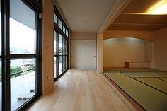 縁側と和室  Engawa and a washitsu (tatami room).  Nice modern sliding doors to the exterior, but I doubt they slide all the way open like a traditional engawa.