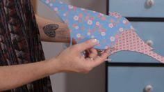 Chris Campos ensina a fazer painéis decorativos usando tecido adesivo sobre bases como papelão e EVA.