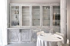 Neige d'Eté, a relatively unknown yet sophisticated restaurant in Paris serving upscale modern French food in a well designed country-chic way. Restaurant France, Guide Michelin, Japanese Treats, French Style Homes, Paris Restaurants, Country Chic, China Cabinet, Storage, Interior