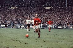 IMAGE: Bobby Charlton in action for #ENG during the 1966 World Cup final win against #GER. pic.twitter.com/VwMErocMtU