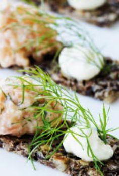 Laksetatar med karse - opskrift på lækker forret Happiness, Meat, Chicken, Recipes, Food, Meal, Bonheur, Eten, Recipies