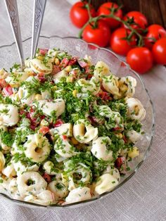 Fabryka Kulinarnych Inspiracji: Sałatka z tortellini i serem Culinary Inspiration Factory: Salad with tortellini and cheese Healthy Salad Recipes, Pasta Recipes, Vegetarian Recipes, Cooking Recipes, Tortellini, Gourmet Appetizers, Appetizer Recipes, Party Food And Drinks, Side Salad